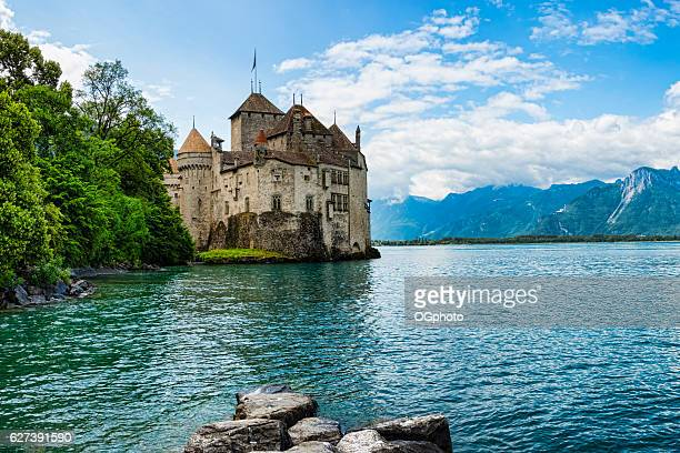 chateau de chillon on the shore of lake geneva,switzerland - meer van genève stockfoto's en -beelden