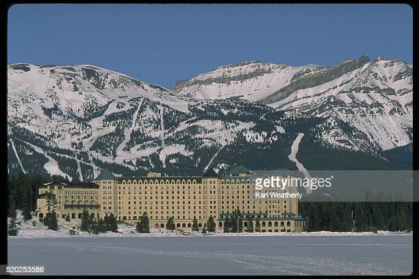 chateau lake louise in alberta, canada - chateau lake louise - fotografias e filmes do acervo