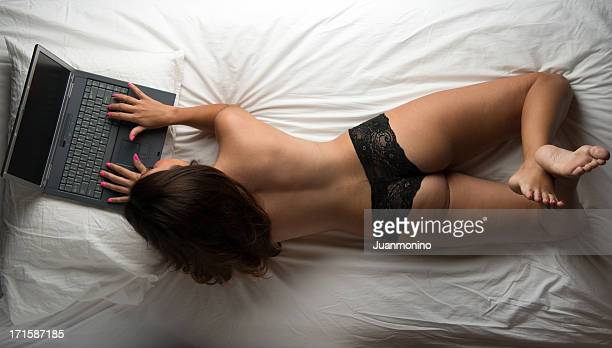 chating in internet - hot babe stockfoto's en -beelden