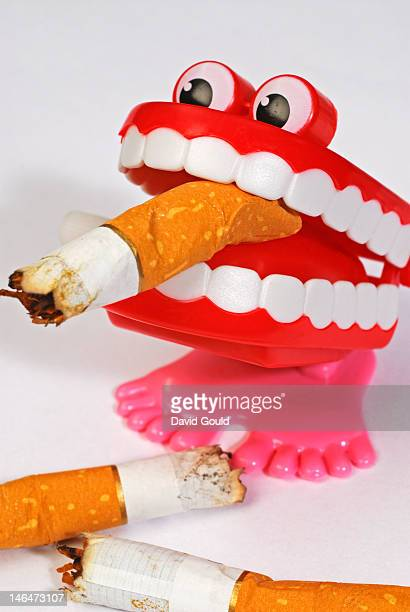 chatter teeth with cigarette ends - dentadura de brinquedo - fotografias e filmes do acervo
