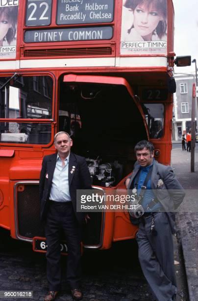 Chauffeur et contrôleur d'autobus juillet 1981 à Londres RoyaumeUni