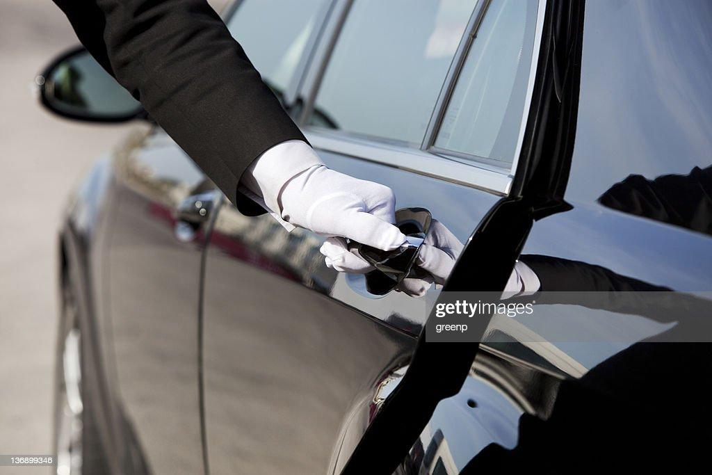Motorista de abertura/fechamento de porta de carro de luxo : Foto de stock