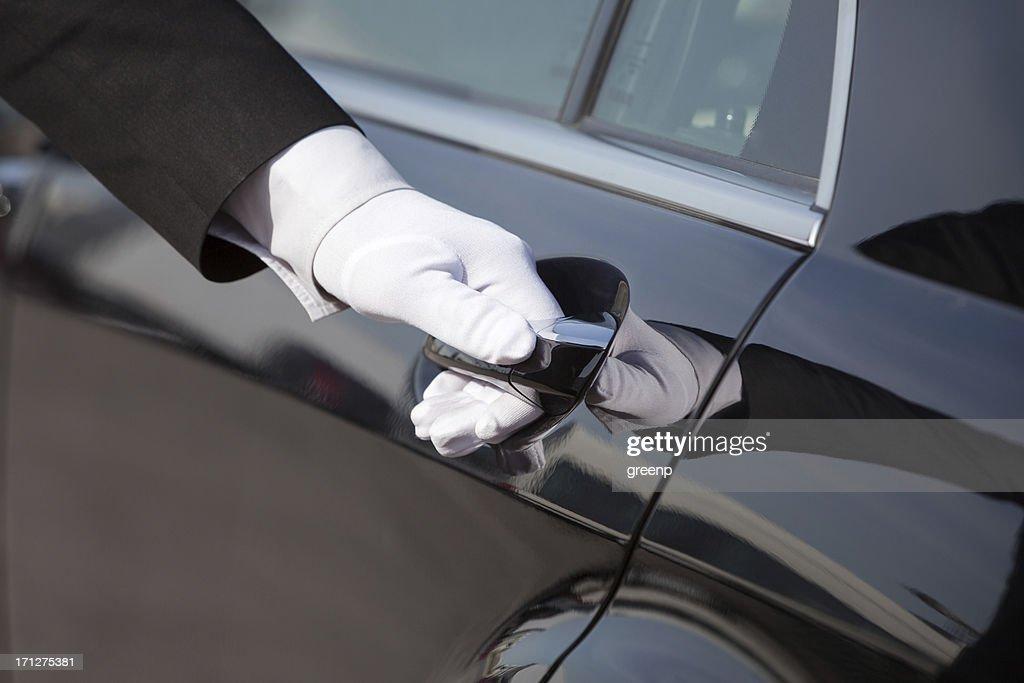 Chauffeur ouvrir/fermer la porte de voiture de luxe : Photo