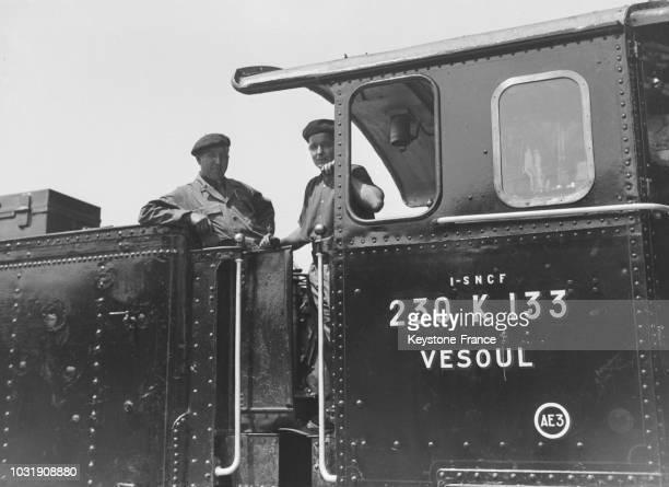 Chauffeurs de la 100ème locomotive à vapeur produite dans les ateliers SNCF de Vesoul en 1947, en France.