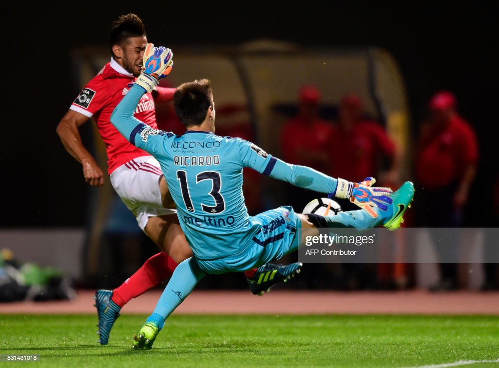 Chaves' goalkeeper Ricardo Nunes (R) stops a ball from Benfica's Argentinian forward Eduardo Salvio during the Portuguese league football match between GD Chaves and SL Benfica at the Municipal Eng. Manuel Branco Teixeira stadium in Chaves on August 14, 2017. /