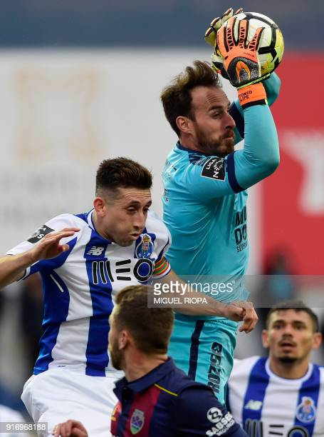 Chaves' Portuguese goalkeeper Antonio Filipe catches a ball beside Porto's Mexican midfielder Hector Herrera during the Portuguese league football...