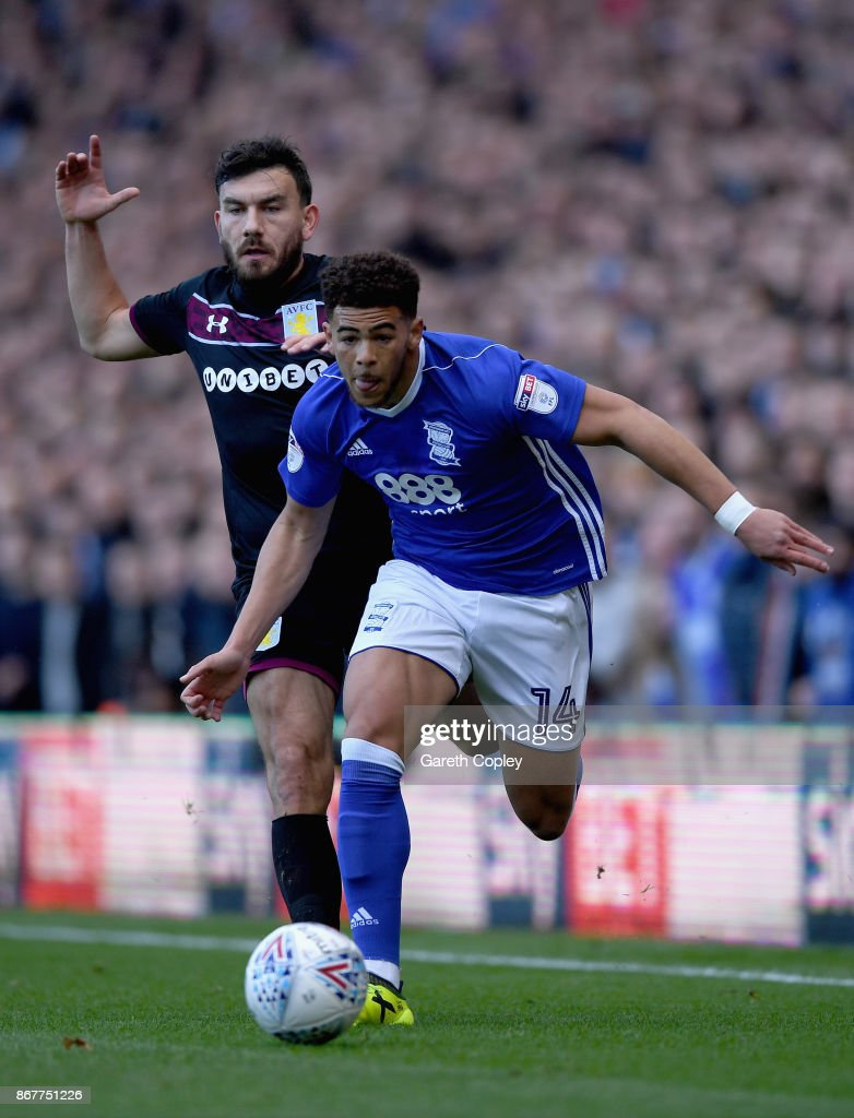 Che Adams of Birmingham City evades Robert Snodgrass of Aston Villa clash during the Sky Bet Championship match between Birmingham City and Aston Villa at St Andrews on October 29, 2017 in Birmingham, England.