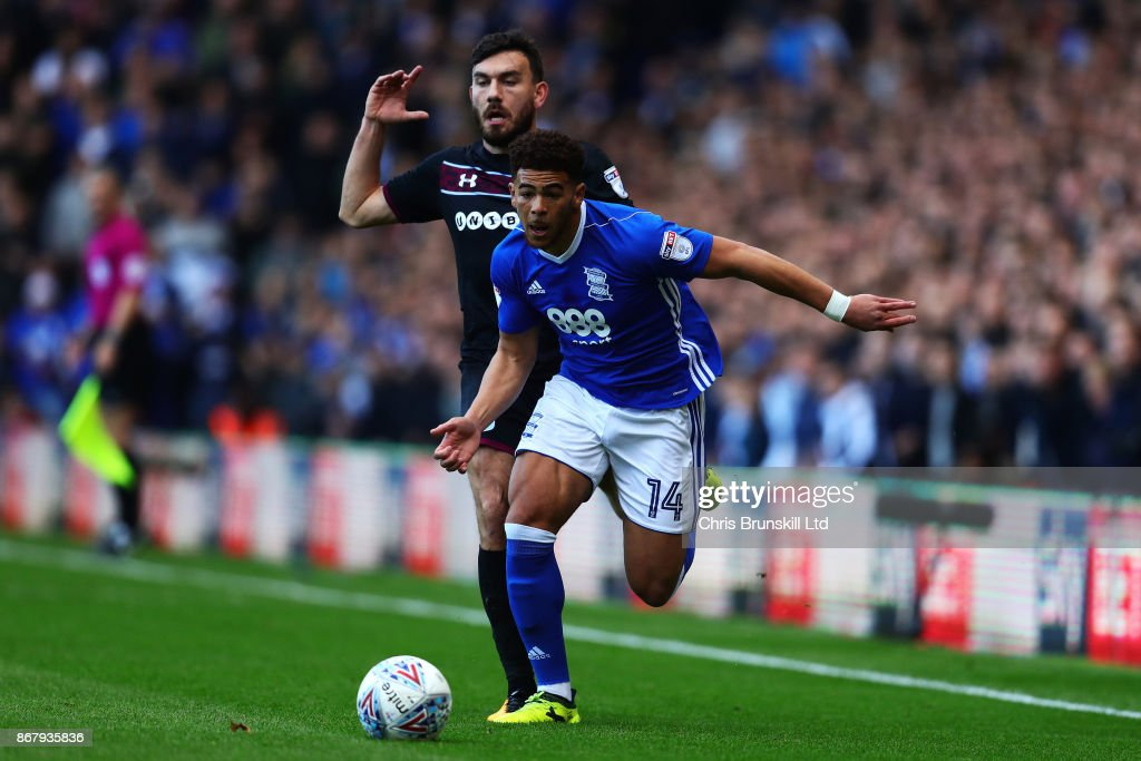 Che Adams of Birmingham City in action with Robert Snodgrass of Aston Villa during the Sky Bet Championship match between Birmingham City and Aston Villa at St Andrews (stadium) on October 29, 2017 in Birmingham, England.