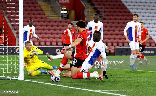 Che Adams of Southampton slides in to score and put his team 2-1 up during the Premier League match between Southampton and Crystal Palace at St...