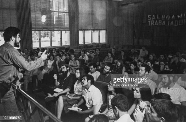 Che Guevara lors d'une conférence devant des étudiants nord-américains, circa 1960.