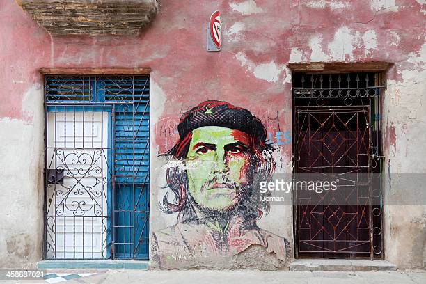 che guevara painted on a wall in habana - che guevara stock pictures, royalty-free photos & images