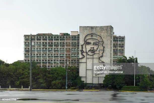 che guevera mural on government building located in revolution square, havana, cuba - plaza de la revolución havana stock photos and pictures