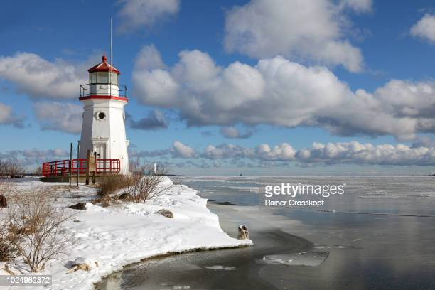 cheboygan lighthouse (1884) on lake huron in winter - rainer grosskopf stock-fotos und bilder