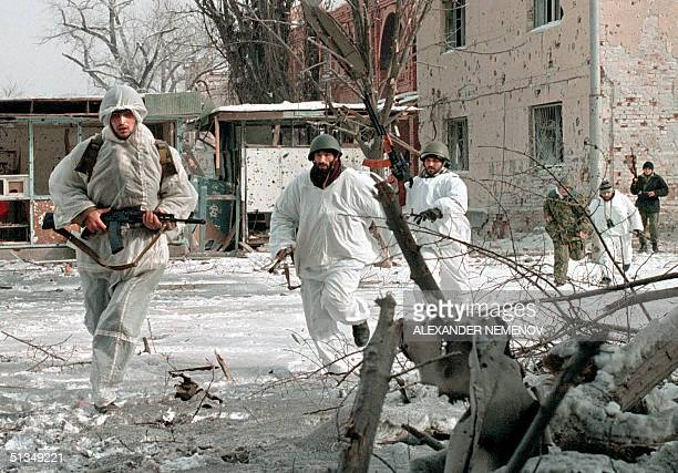 Chechen separatist fighters fleeing sniper fires run 25 January 1995 in central Grozny capital of the breakaway southern republic of Chechnya Russian...
