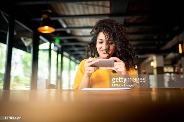 überprüfen sie die erfassung der fernablage im coffeeshop - einzahlungsbeleg stock-fotos und bilder