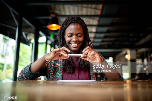 überprüfen sie die ablageerfassung im café - einzahlungsbeleg stock-fotos und bilder