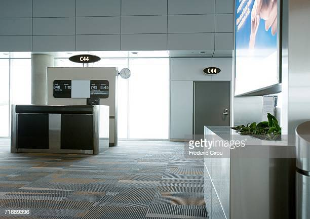 check-in counter at boarding gate - gate stock pictures, royalty-free photos & images