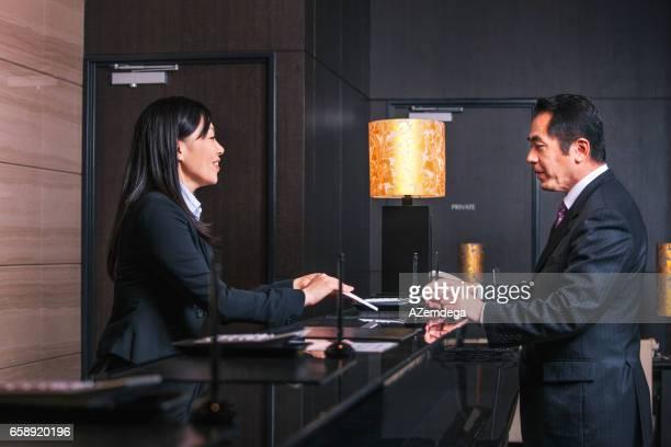 checking in - hotel ストックフォトと画像