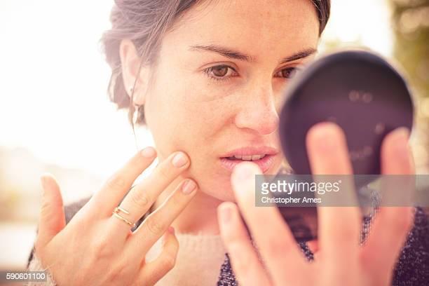 パウダーコンパクトミラーで私の外観をチェック - 舞台化粧 ストックフォトと画像