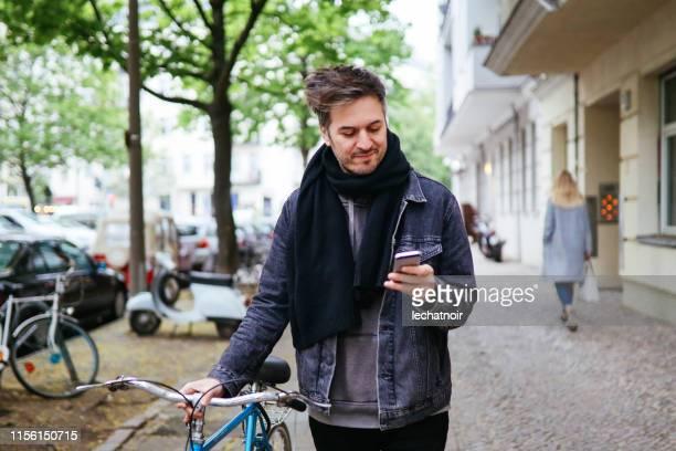ベルリンクロイツベルクの電話で通知をチェック - プレンツラウアーベルグ ストックフォトと画像