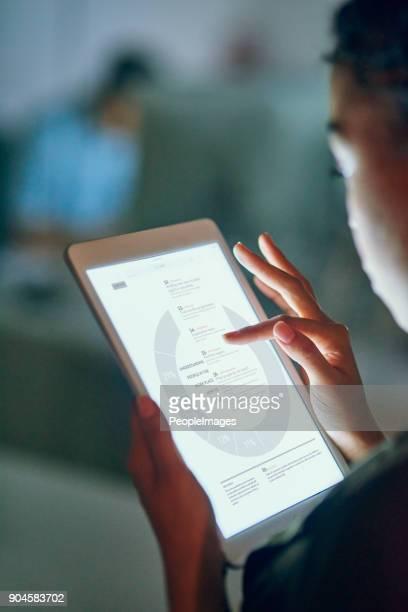 controllare le statistiche aziendali - composizione verticale foto e immagini stock