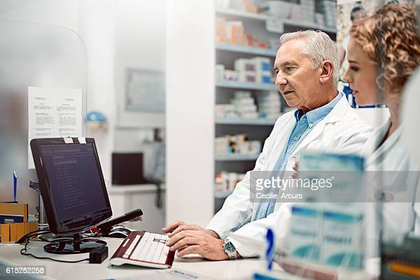 checking prescriptions online - tablet pc stockfoto's en -beelden