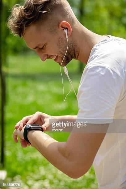 Überprüfen Puls mit Smartwatch
