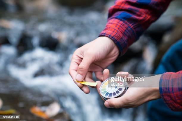 酸味とリトマス紙と河川水のアルカリ レベルをチェック