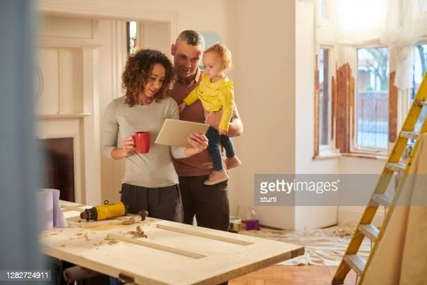 彼らの家の保険をチェック - 住宅リフォーム ストックフォトと画像