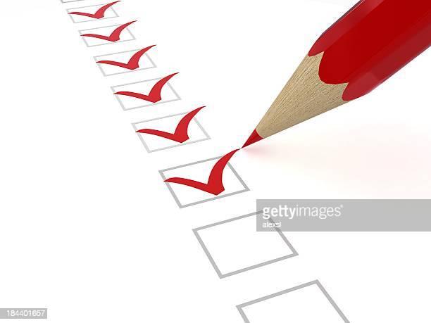 Lista de verificação com lápis vermelho e marcas