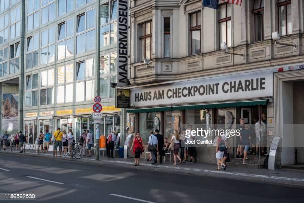 ベルリンのチェックポイント・チャーリー博物館 - クロイツベルク ストックフォトと画像