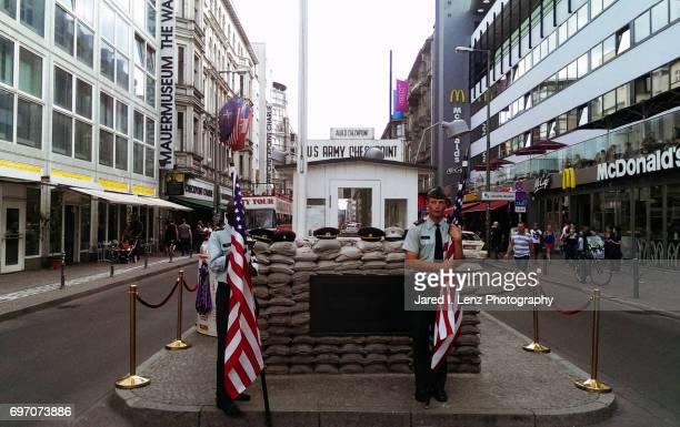 checkpoint charlie (berlin) - ddr grenztruppen stock-fotos und bilder