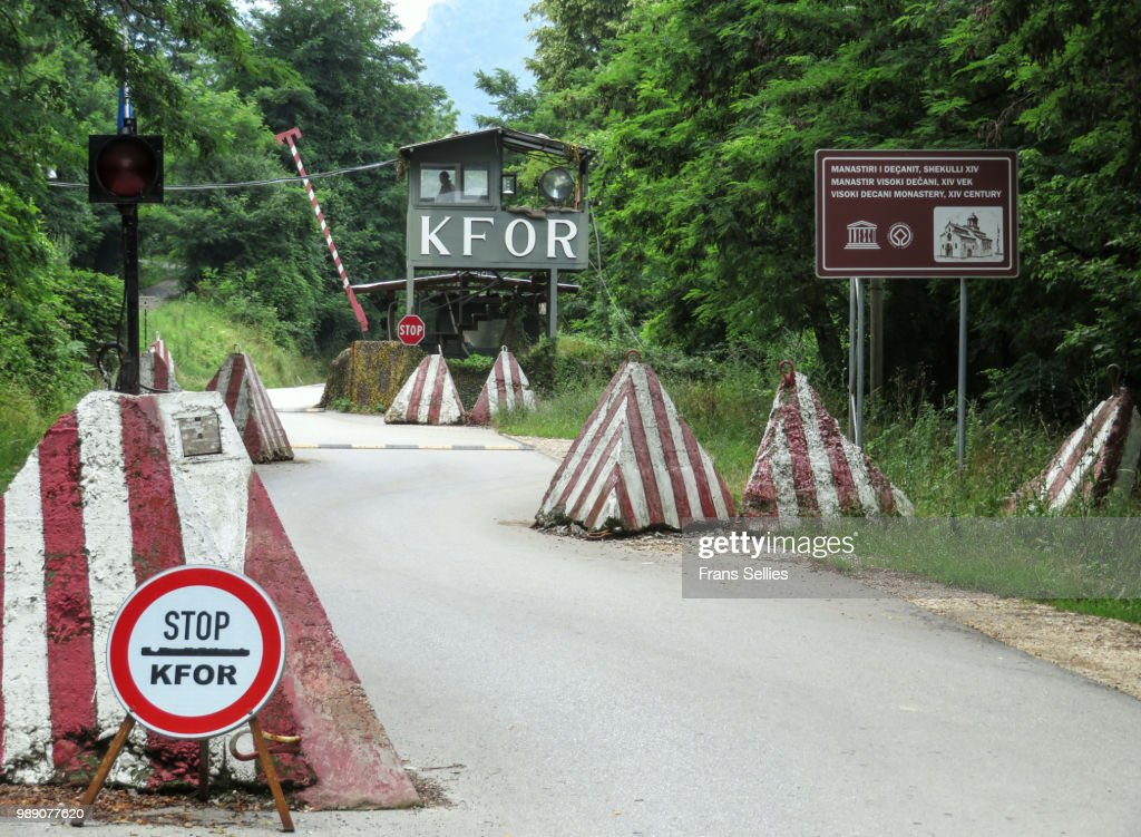 Checkpoint to the heavily guarded Decani monastery, Unesco world heritage in danger, Decan, Kosovo : Stockfoto