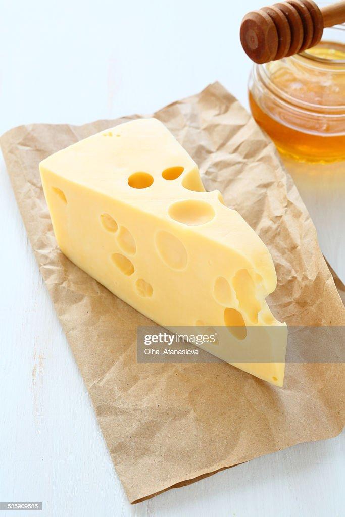 Queso Cheddar en un papel con la miel : Foto de stock