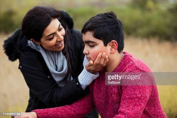 anímate, hijo! - autismo fotografías e imágenes de stock