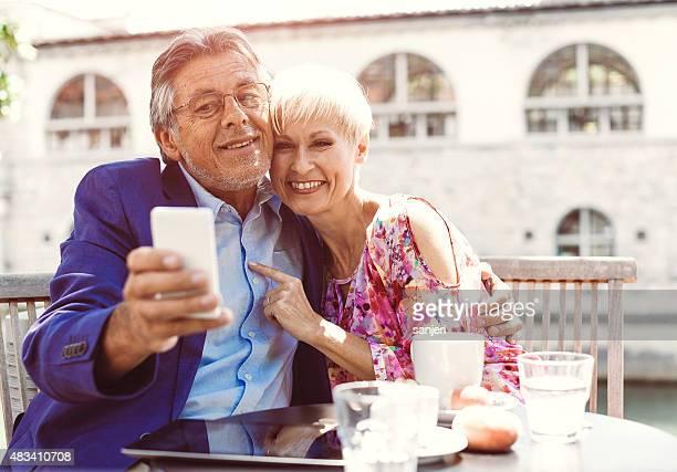Joyeux adulte couple au café-bar