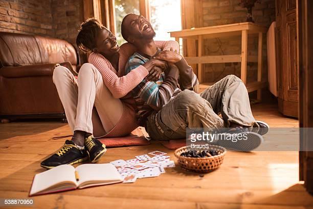 Joyeux couple afro-américain s'amusant à la maison.