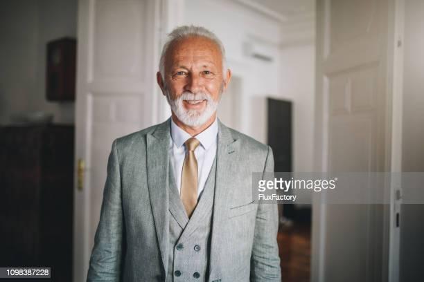 bonne humeur et à la mode homme d'affaires senior en costume - formal portrait photos et images de collection