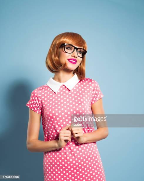 Fröhlich schöne Rote Haare Junge Frau mit Kleid mit Pünktchenmuster