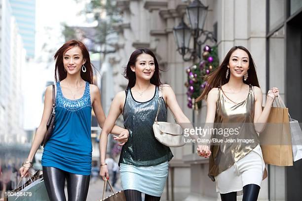cheerful best female friends go shopping in hong kong - sac porté épaule photos et images de collection