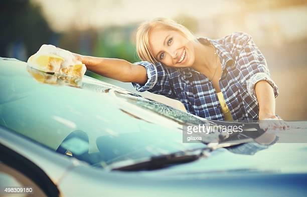 Fröhlich blonden Frau Waschen Sie Ihr Auto.