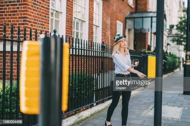 Fröhliche britische Frau über die Straße in Mayfair, London, UK