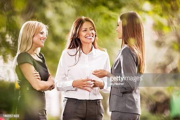 Joyeux femmes d'affaires de communiquer.