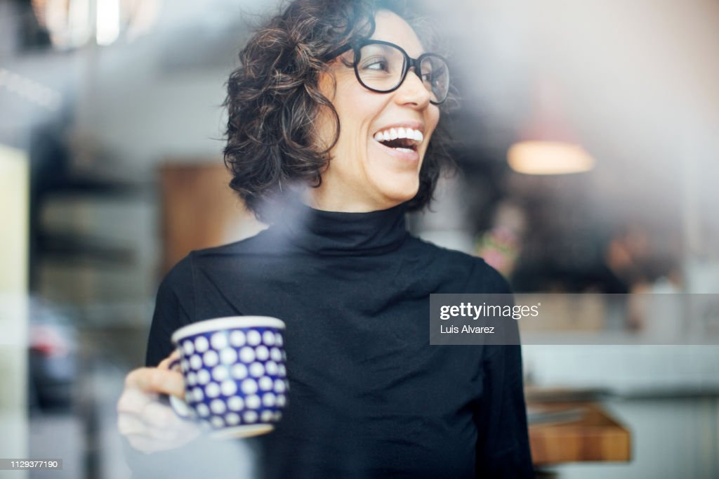 Cheerful businesswoman at coffee shop : Stock-Foto