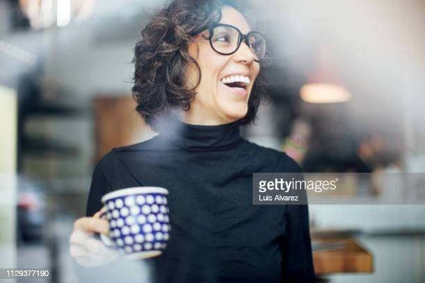 cheerful businesswoman at coffee shop - wegkijken stockfoto's en -beelden