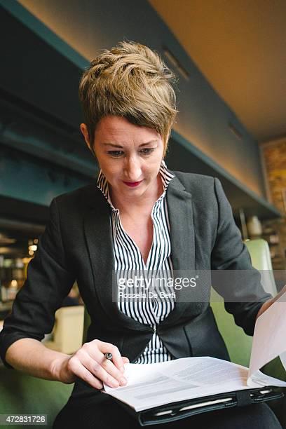 Fröhlich Geschäftsfrau Unterzeichnung Dokumente