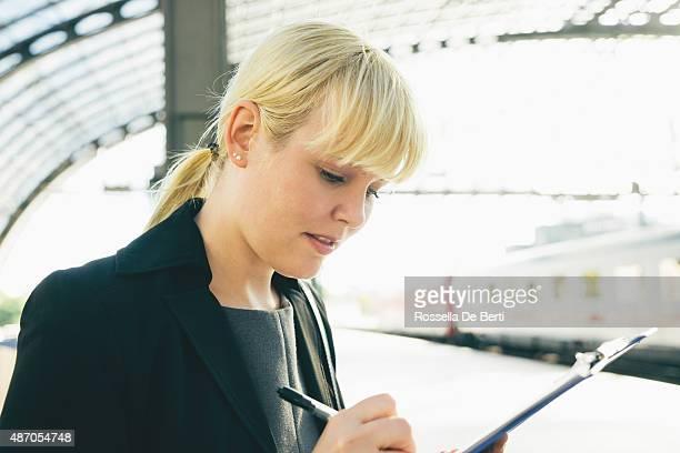 Joyeuse femme d'affaires prise de Notes