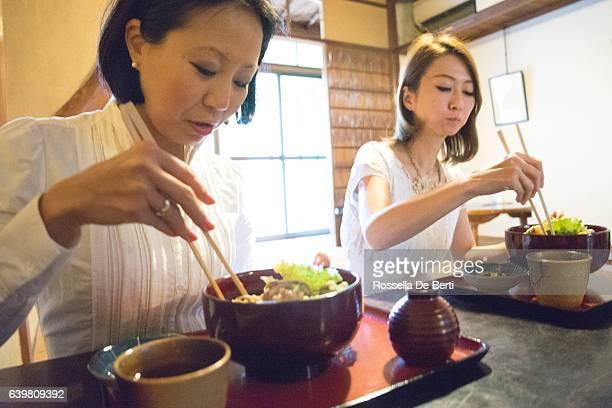 朗らか 実業家 ミーティング、昼食には、日本のレストラン - 昼食 ストックフォトと画像