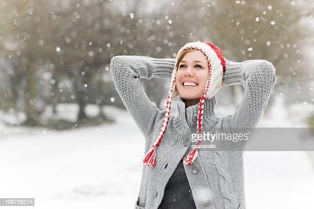 Fröhlich europäischer Abstammung Junge Frau im Schnee-Wetter, Textfreiraum