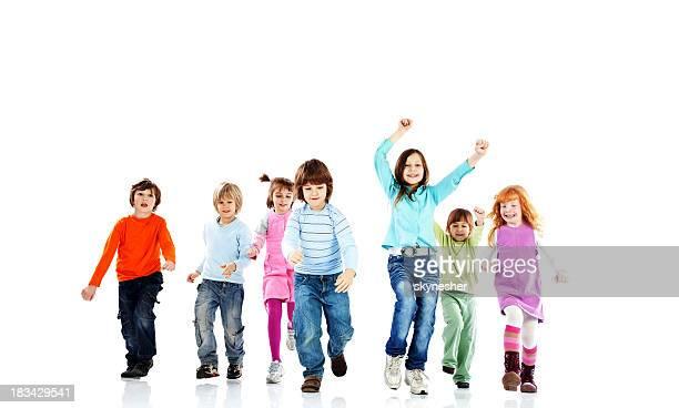 Fröhliche Kinder laufen. Isoliert auf weißem Hintergrund.